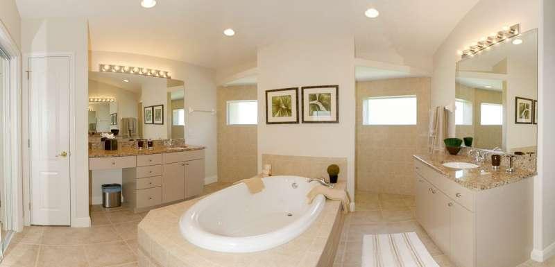 Masterbad mit 2 Waschbecken und Jacuzzi-Badewanne und Dusche. Separates WC.