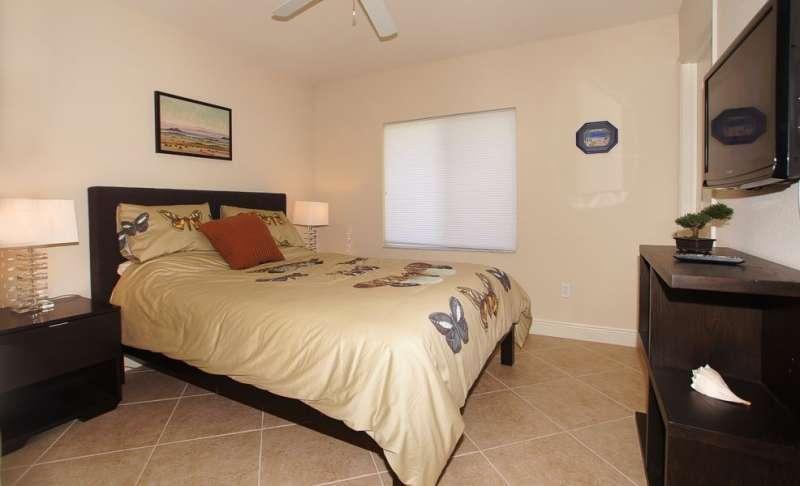 3. Schlafzimmer mit Flatscreen-TV
