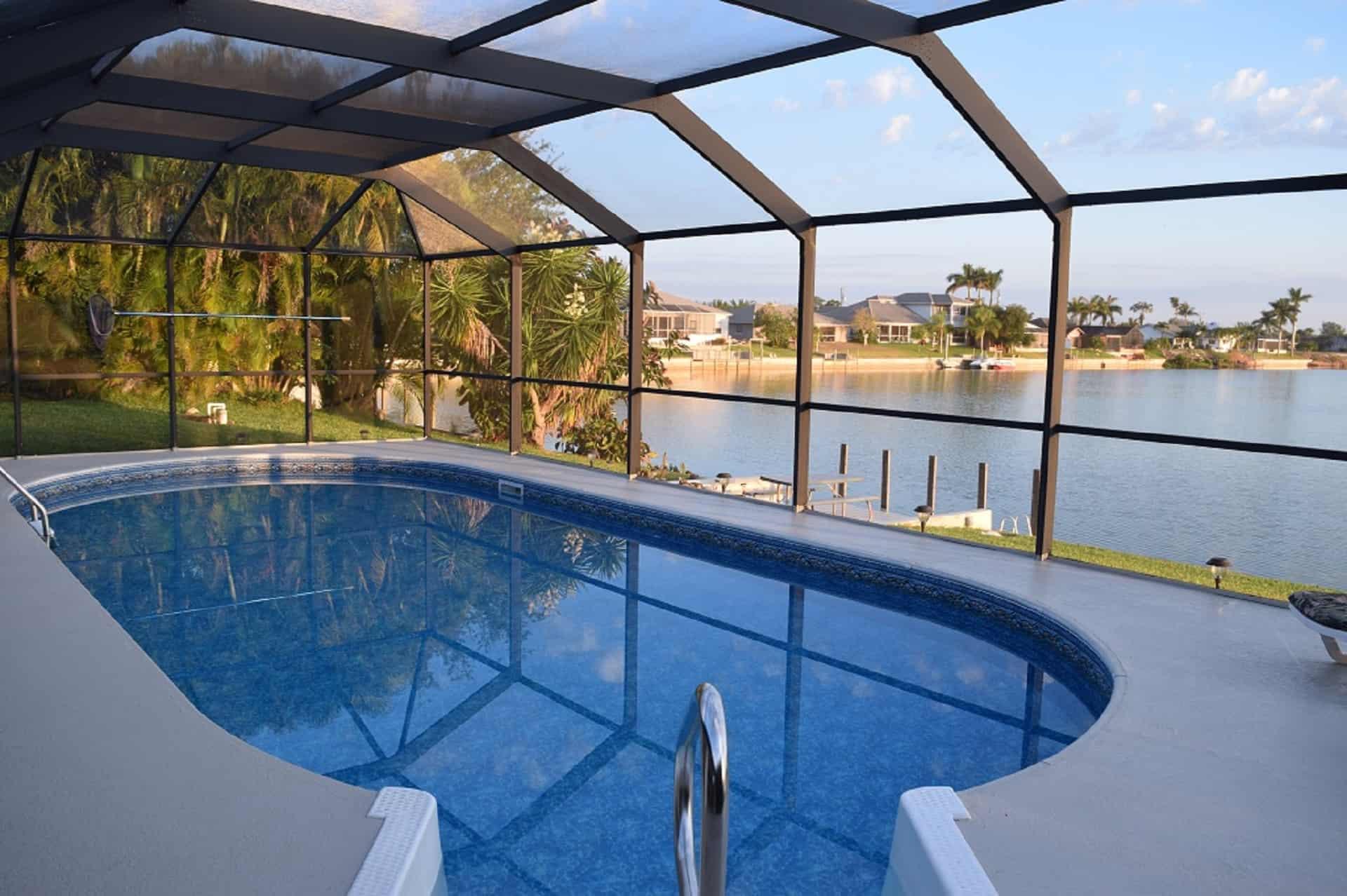 Poolbereich, Blick auf den See